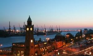 Der alte Elbtunnel in Hamburg bei Abenddämmerung